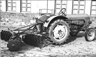 Porsche Traktor P 133 mit angebauter Doppelscheibenegge